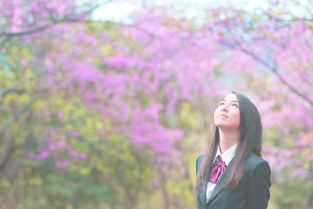 高校受験で第一志望に合格して嬉しそうな女子生徒の写真