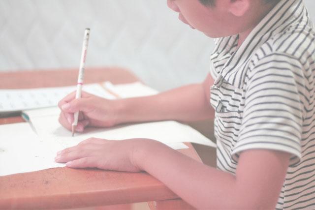 中学受験勉強をしている小学生の写真